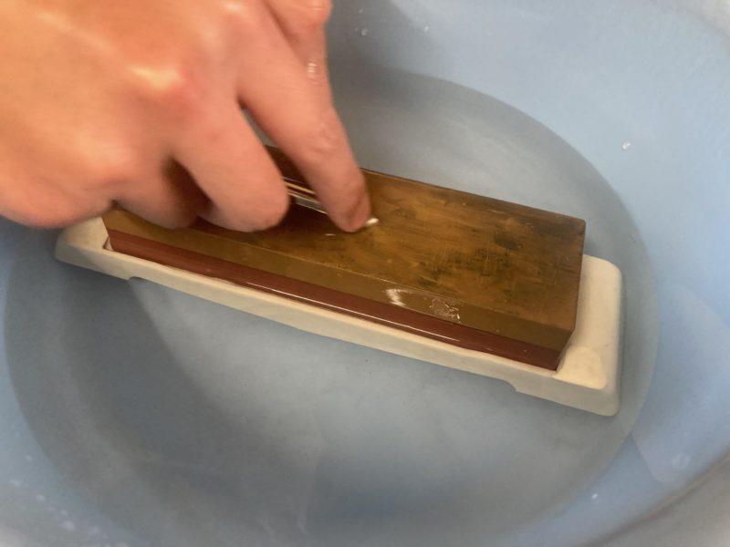 仕上げ砥石でチョッキ銛先を磨きます